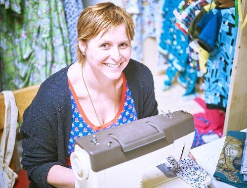 Kleine Benjamins - Een foto van Inge in haar winkeltje met handgemaakte kinderkleding