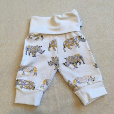 Babybroek in een minimaatje, wit met gekleurde neushoorns