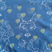 Detailfoto van een stof dansende wolf met pentekeningen van wolven