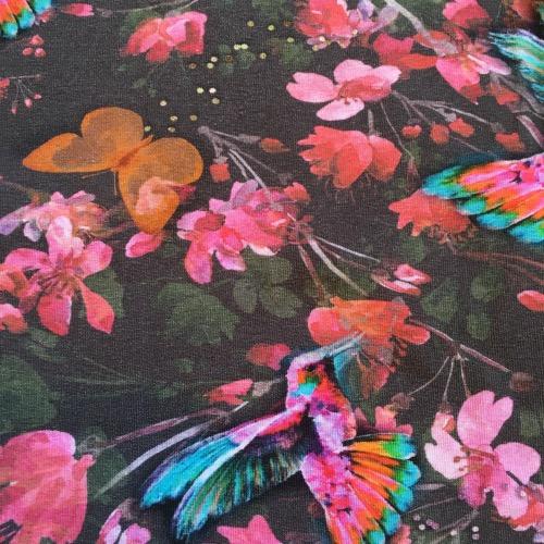 Detail: T-shirtjurk met kleurige roze bloemen en vogels op een donker achtergrond