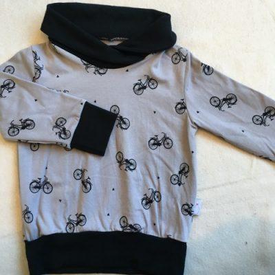Trui met fietsen zwart op grijs en een warme kraag