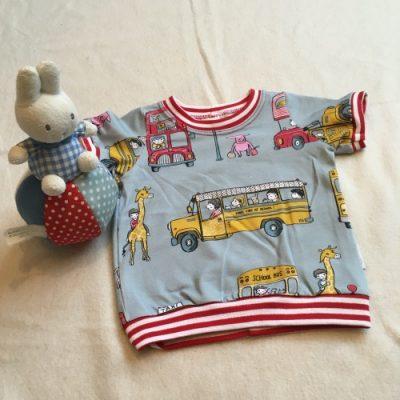 T-shirt bussen, met een vrolijke print gevuld met dubbeldekkers, gele schoolbussen en taxi's. Bemand door mens en dier!